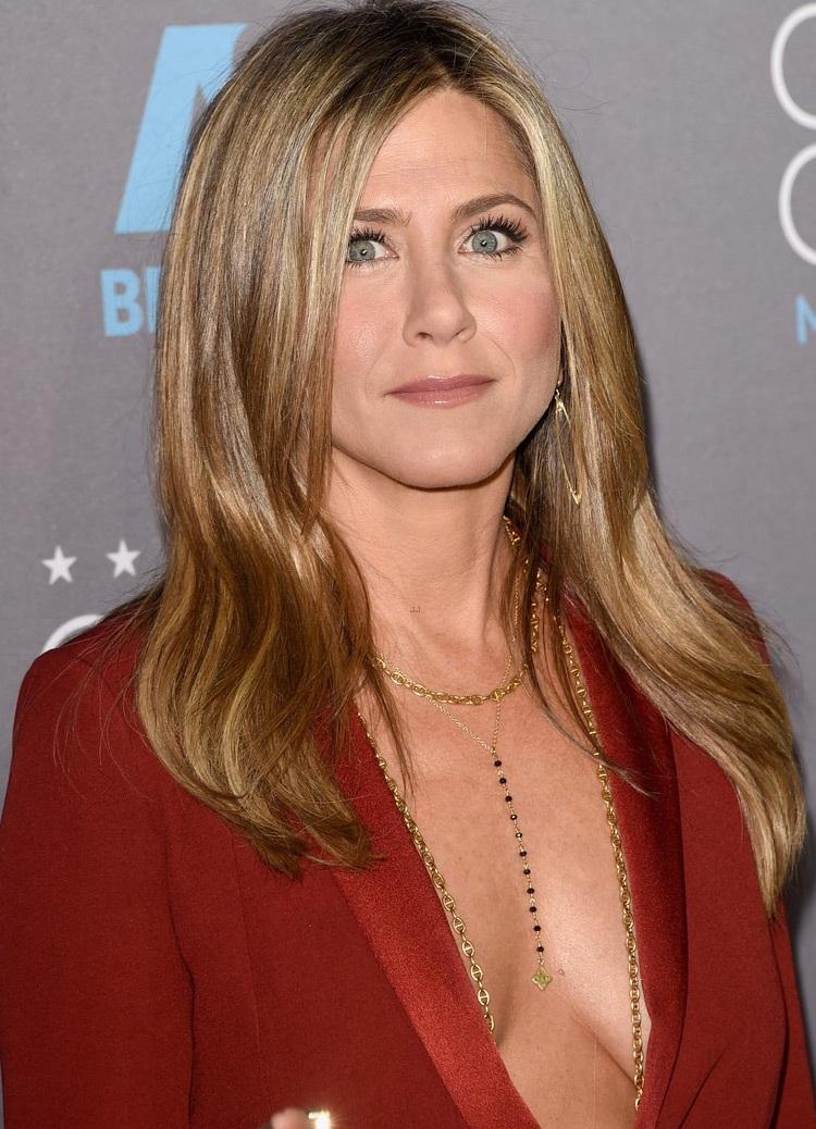 Jennifer diện đồ của nhãn hiệu Gucci và trang điểm theo phong cách tự nhiên.