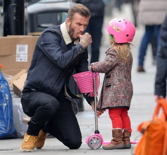 Trước khi trời đổ mư và có tuyết rơi, David Beckham đã mút ngón tay cái để lau mặt cho con gái.