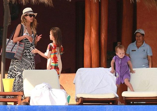 Jessica bên hai công chúa nhỏ, một bé 6 tuổi và một bé 3 tuổi.