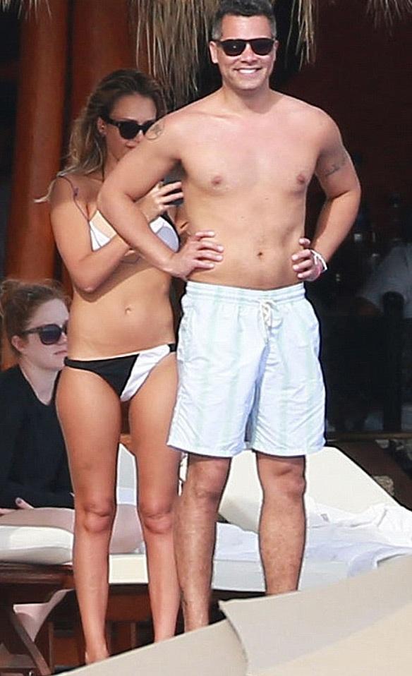 Vợ chồng Jessica và Cash trông rất ngọt ngào và tình tứ bên nhau.