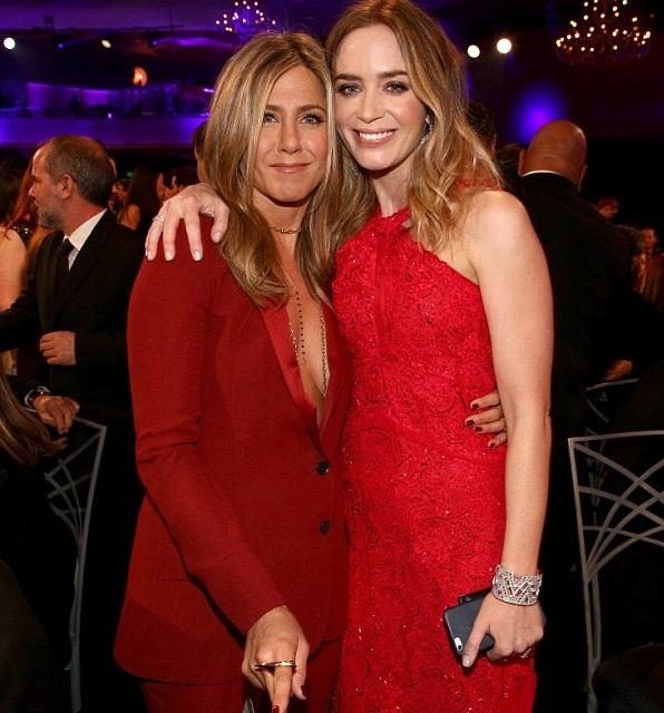 Emily Blunt chụp hình chung với Jennifer Aniston