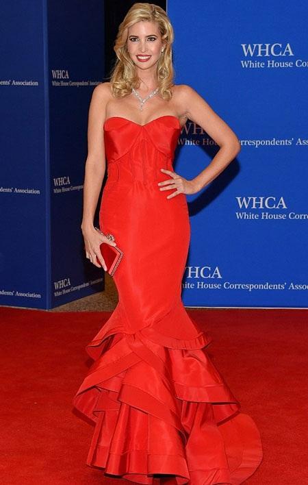 Nữ doanh nhân Ivanka Trump hấp dẫn với gam màu đỏ.