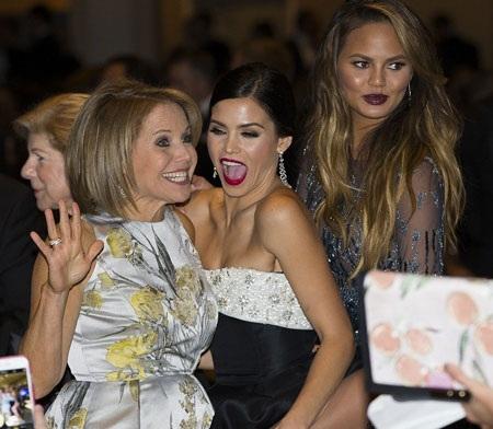 Nữ diễn viên Jenna Dewan-Tatum chụp ảnh kỷ niệm cùng Chrissy Teigen và Couric