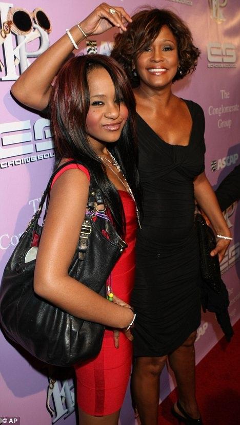Bobbi Brown cùng mẹ ruột, nữ ca sĩ Whitney Houston khi bà còn sống.