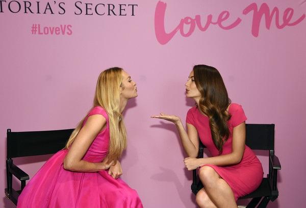 Hai người đẹp cùng tạo dáng, trò chuyện và hôn gió nhau trong buổi chụp hình.