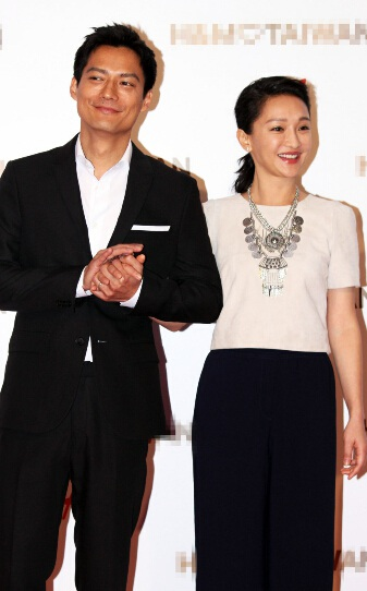 Archie Kao nắm tay vợ không rời và thỉnh thoảng lại trao cô ánh nhìn ngọt ngào.