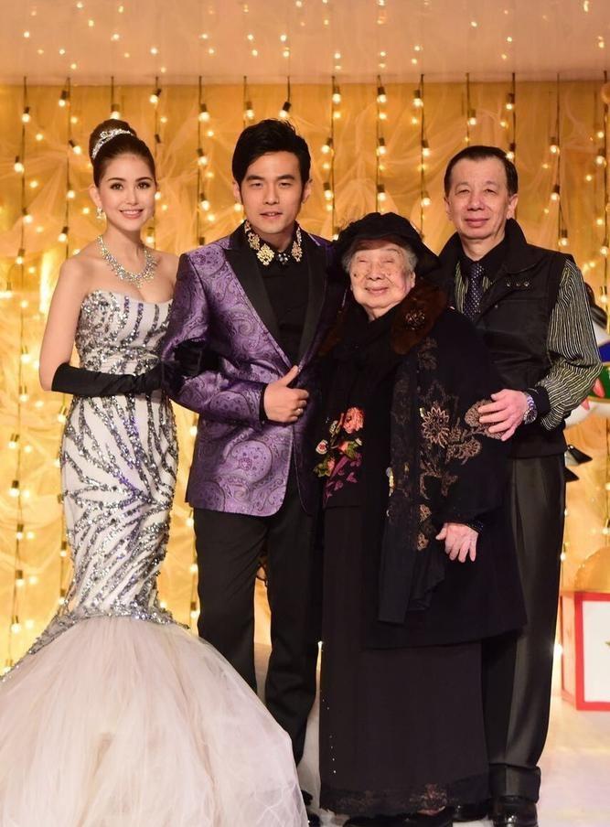 Châu Kiệt Luân và Hannah chụp ảnh cùng người thân trong tiệc cưới tại Đài Loan, ngày 9/2.