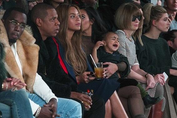 Con gái Kim Kardashian hoảng loạn trong show diễn của bộ