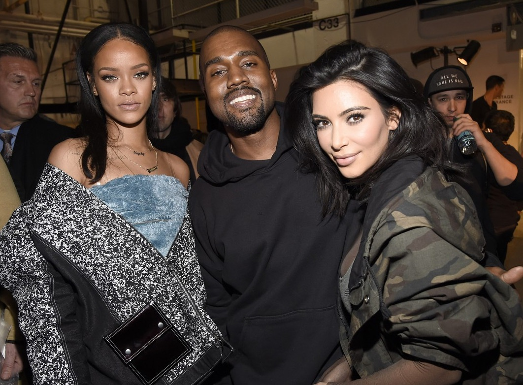 Vợ chồng Kim chụp ảnh kỷ niệm với Rihanna khi show diễn kết thúc.