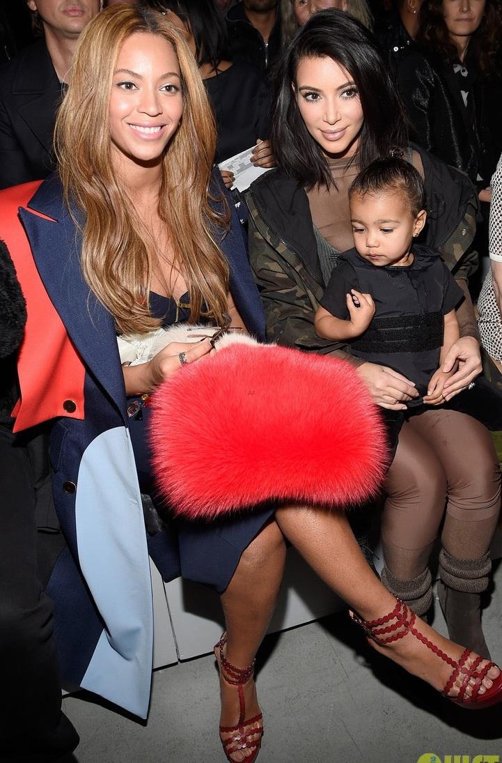 Kim ngồi cạnh vợ chồng nữ ca sĩ Beyoncé Knowles trên hàng ghế VIP.