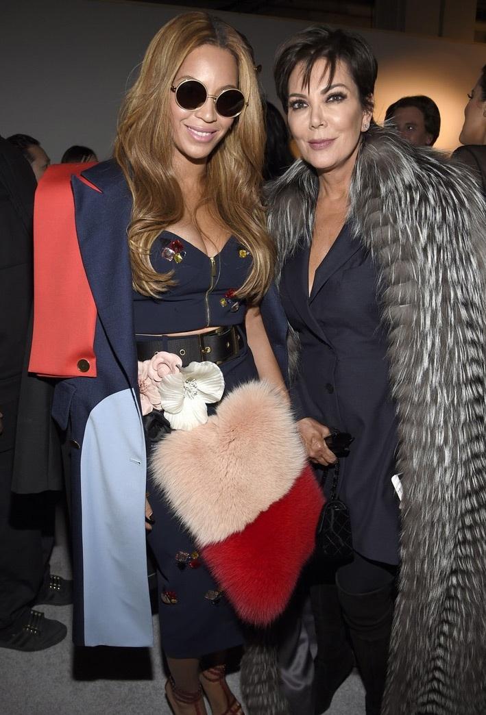 Mẹ ruột của Kim chụp hình chung với Beyoncé Knowles sau show diễn.