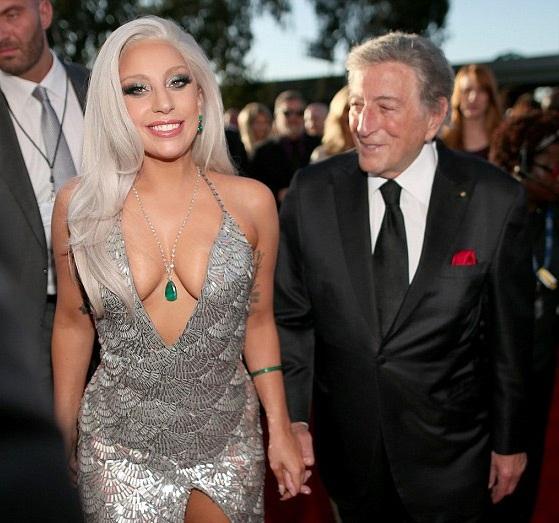 Chiếc váy gợi cảm khiến Lady Gaga liên tục phải chỉnh sửa.