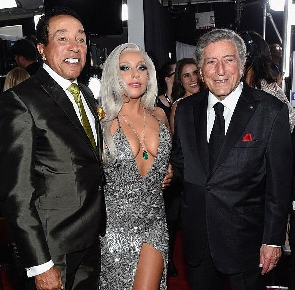 Nữ ca sĩ nổi tiếng chụp ảnh kỷ niệm cùng Tony Bennett và Paul