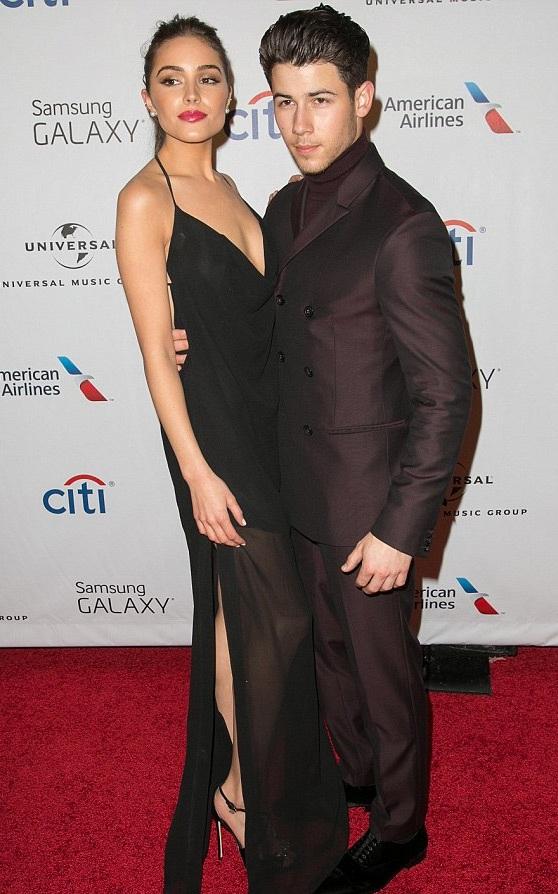 Người đẹp diện chiếc váy cắt xẻ gợi cảm còn Nick mặc vest đồng màu với váy của bạn gái.