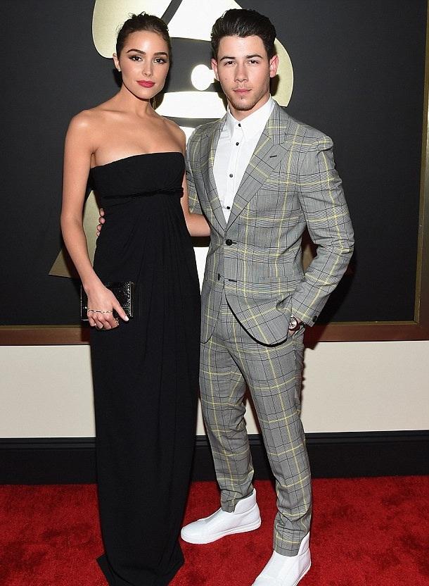 Trước đó, Nick diện một bộ vest kẻ màu sáng trước khi lễ trao giải Grammy lần thứ 57 diễn ra.