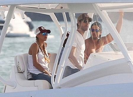 Enrique và Anna đi dạo bằng du thuyền cùng họ hàng.
