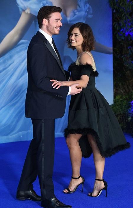 Cặp đôi liên tục dành cho nhau những cử chỉ ngọt ngào, những cái nhìn âu yếm và thân mật.