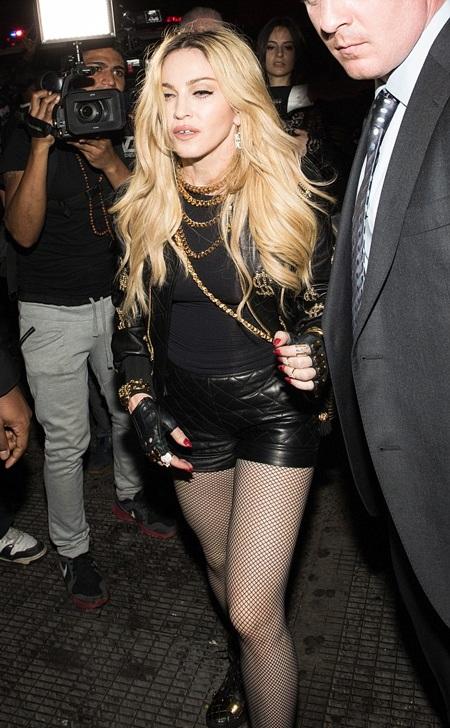Madonna cũng hưởng ứng phong trào của đàn em và diện đồ rất trẻ trung.