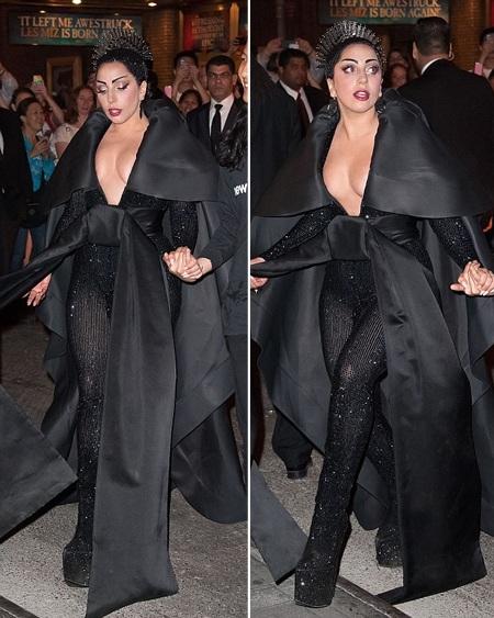Lady Gaga tiếp tục với phong cách thời trang gợi cảm và lạ mắt.