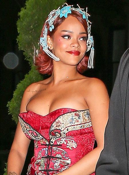 Ngôi sao 27 tuổi diện một chiếc váy gợi cảm màu đỏ rực trong bữa tiệc riêng tư này.