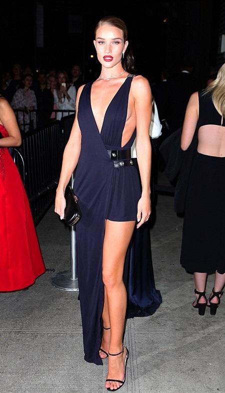 Siêu mẫu Anh Rosie khoe chân miên man với váy xẻ cao