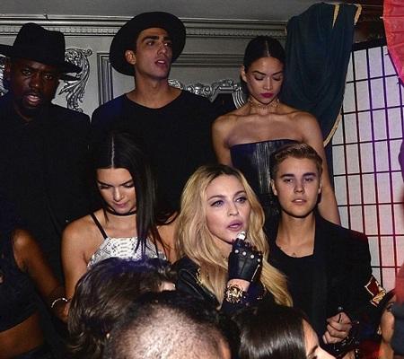 Madonna đứng cùng Justin Bieber và bạn gái tin đồn của anh hiện tại - Kendall Jenner.
