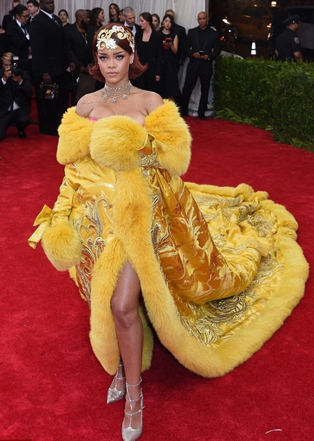 Phần thân trước của chiếc váy quá gợi cảm giúp chủ nhân của nó khoe vòng một đầy đặn.