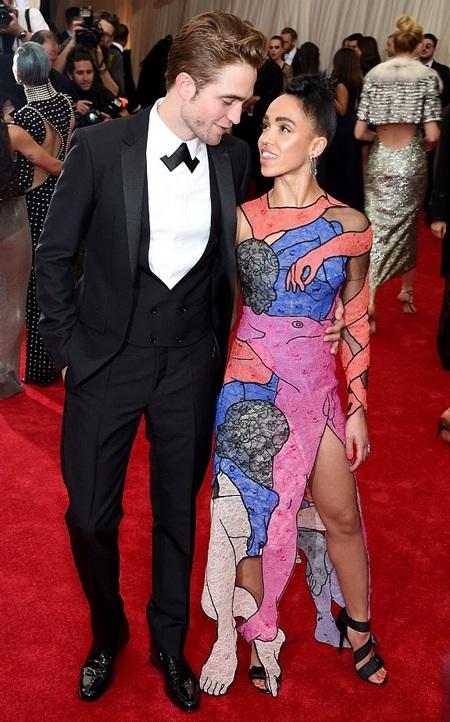 Robert trao cho bạn gái của anh ánh mắt tình tứ trên thảm đỏ.