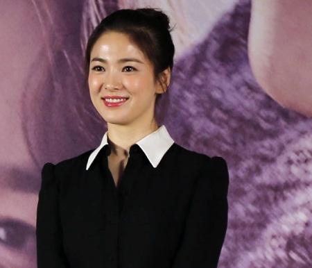 Song Hye Kyo rạng ngời trong buổi họp báo ra mắt bộ phim The Queen của Trung Quốc, ngày 12/3.