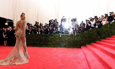 Nữ ca sĩ nóng bỏng tự tin tạo dáng trước hàng trăm phóng viên ảnh