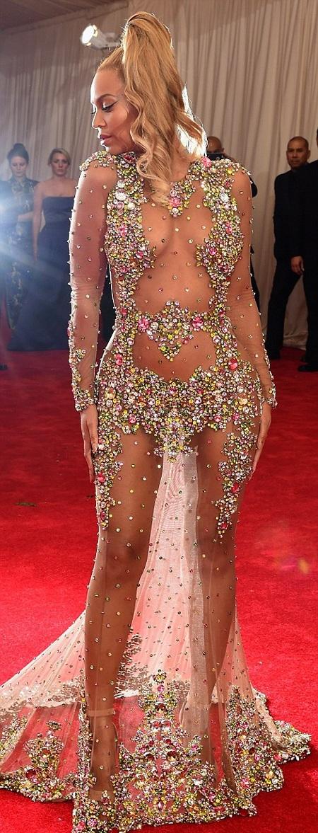 Kiểu tóc khá trẻ trung của Beyoncé rất ăn nhập với bộ trang phục cô mặc.