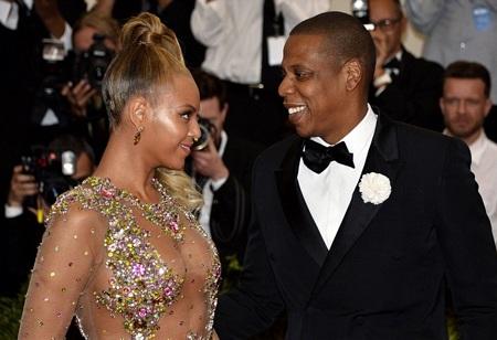 Jay Z không thể rời mắt khỏi cô vợ nóng bỏng của anh.