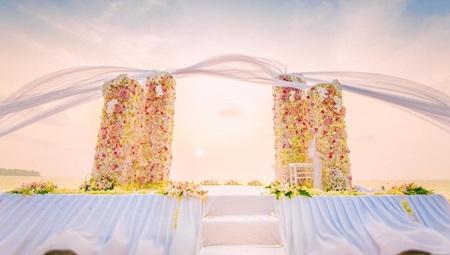Sân khấu được trang hoàng đầy hoa của lễ thành hôn.