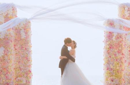 Cô dâu Y Năng Tịnh diện váy của Vera Wang. Cặp đôi chụp ảnh kỷ niệm cùng các phù dâu và phù rể.