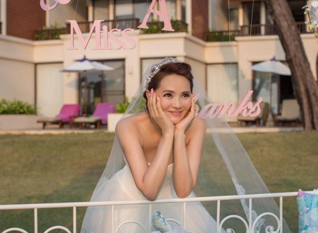 Cô dâu Y Năng Tịnh trẻ đẹp và đáng yêu trong ngày thành hôn.
