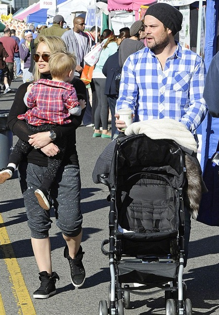 Hilary và chồng cũ - Mike Comrie và con trai 3 tuổi của họ.