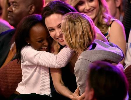 Angelina Jolie hạnh phúc khi ở trong vòng tay chúc mừng của hai con gái tại lễ trao giải