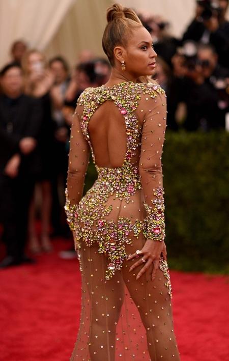Chiếc váy táo bạo và gợi cảm của Beyoncé khiến tất cả mọi người đều phải trầm trồ và ngạc nhiên.