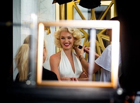Candice hào hứng chia sẻ với các fan hình ảnh gợi cảm của cô phía sau hậu trường buổi chụp hình.