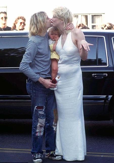 Courtney và Kurt hạnh phúc khóa môi trước mắt cô con gái cưng - Frances.