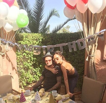 David và Victoria chụp hình bên bàn tiệc