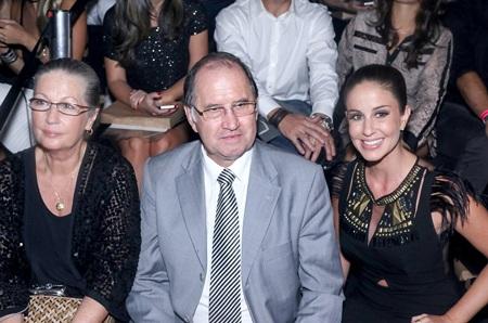 Cha mẹ và em gái của Gisele cũng tới ủng hộ chân dài Brazil và ngồi hàng ghế đầu.