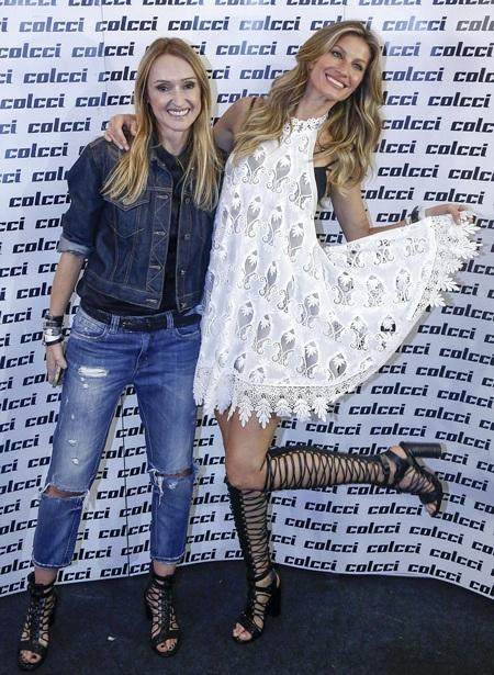 Gisele Bundchen chụp hình kỷ niệm với nhà thiết kế thời trang của nhãn hiệu Colcci.