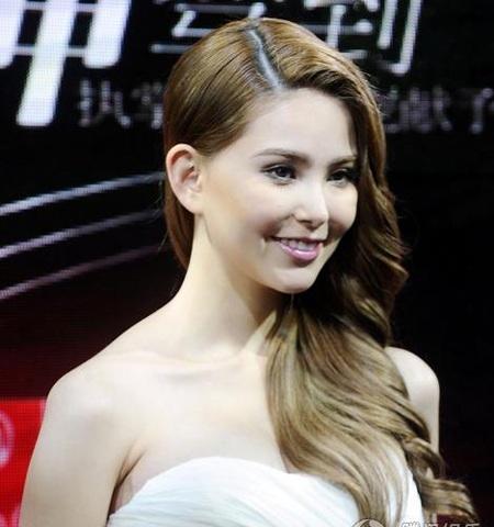 Bà xã Châu Kiệt Luân lần đầu khoe bụng bầu