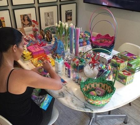 Kim chủ động khoe ảnh cô đang chuẩn bị cho Lễ Phục sinh tại nhà riêng.
