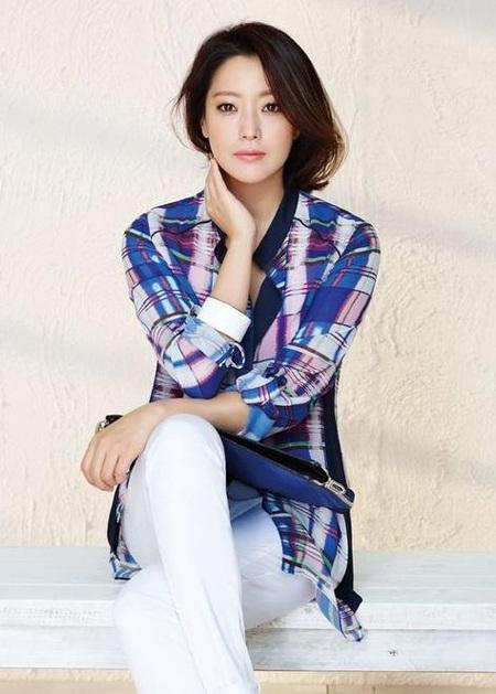 Kim Hee Sun giản dị với quần vải và áo sơ mi.
