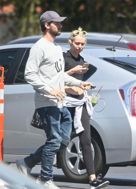 Miley Cyrus xuất hiện công khai cùng bạn trai sau scandal ngoại tình