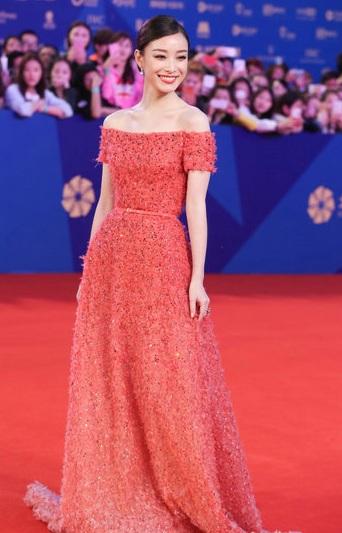 Nữ diễn viên sinh năm 1979 - Trần Kiều Ân thanh lịch và gợi cảm vừa đủ.