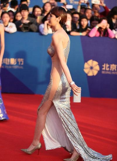 Lam Yến tự tin sải bước trên thảm đỏ trước ánh mắt kinh ngạc của người hâm mộ cũng như báo giới.