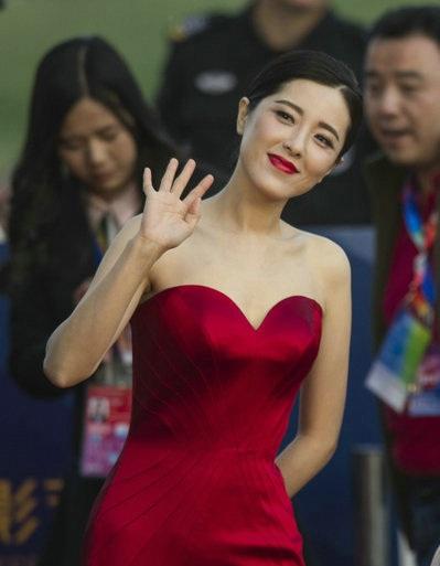 Nhiều người đẹp của làng giải trí Hoa ngữ được khen ngợi bởi sự lựa chọn tinh tế và phù hợp.